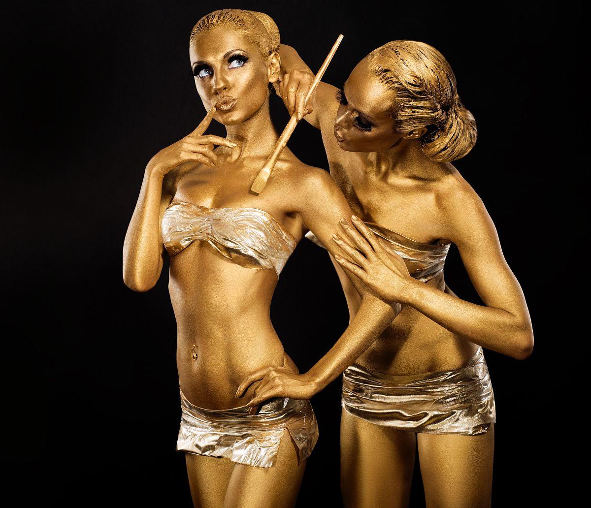 日本人体裸体阴�_人体艺术.女子彩绘身体用金色画笔.金弥补