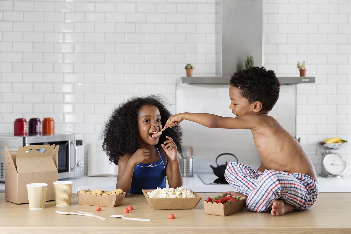 高哥哥妹妹_哥哥用勺子喂他的妹妹