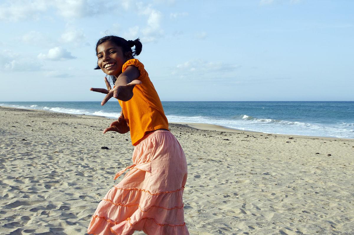 吉吉影��]�il�/&9�-yol_姑娘跳舞,在oluvil附近的海滩.
