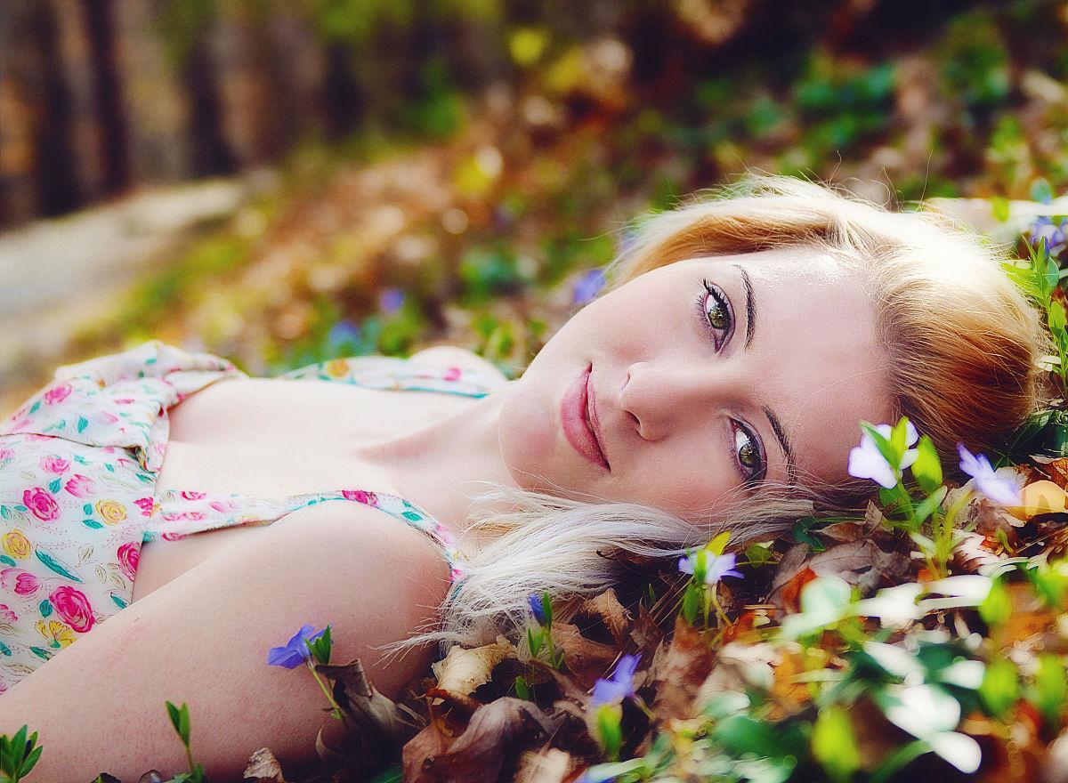 少女金发与鲜花微笑图片
