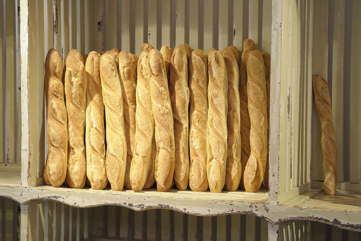 在一家面包店出售新鲜的法式面包图片