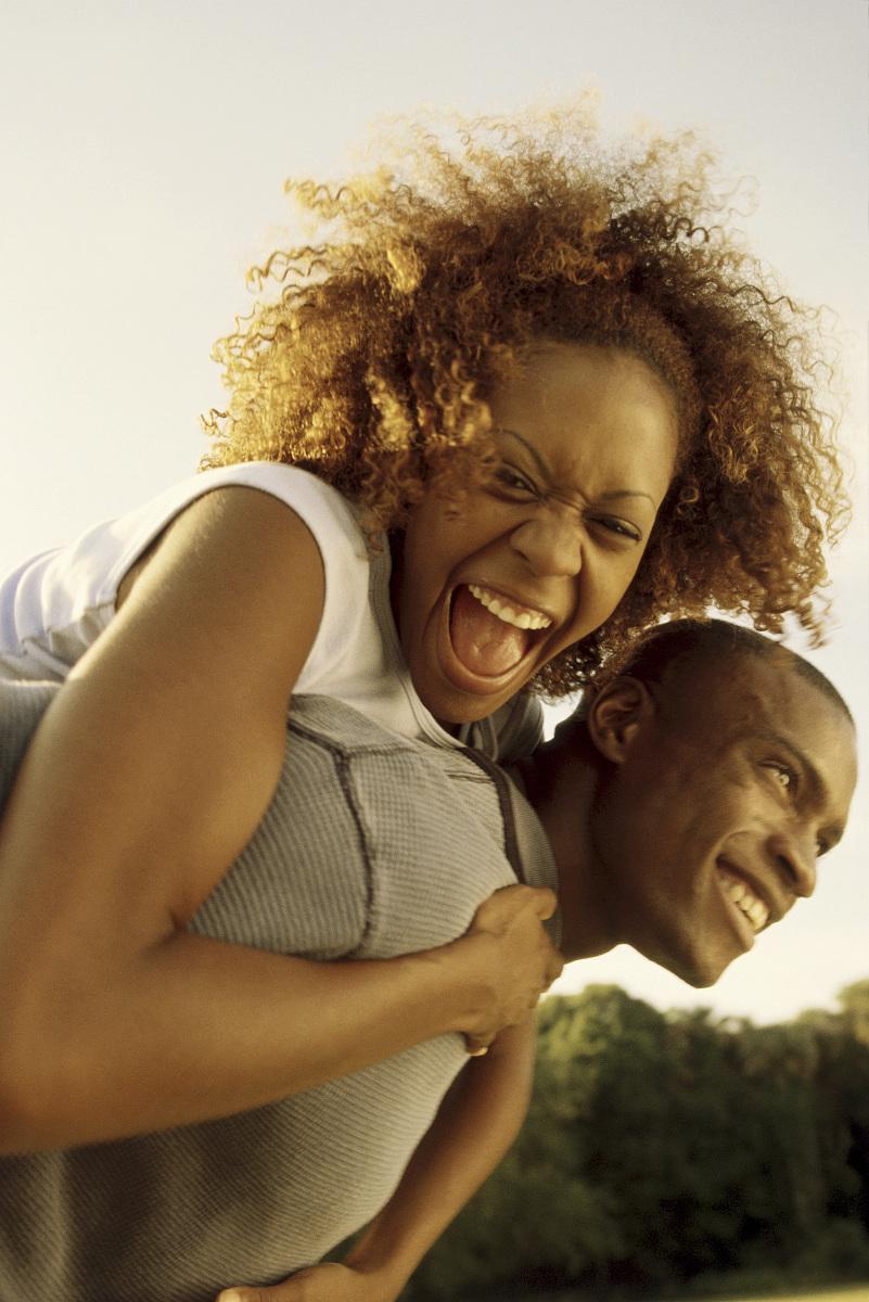 25岁到29岁,约会,开,欢乐,户外,美术肖像,连接,动作,注视镜头,非洲人图片