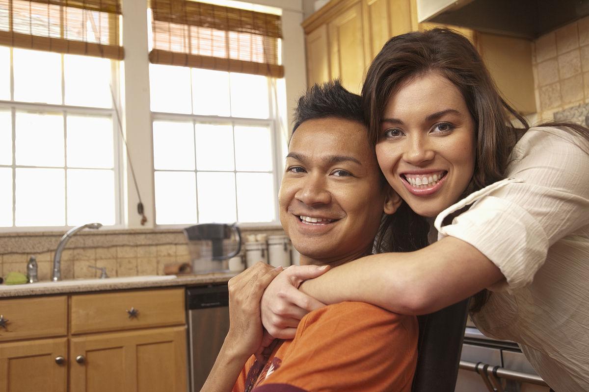 在厨房拥抱微笑的情侣图片
