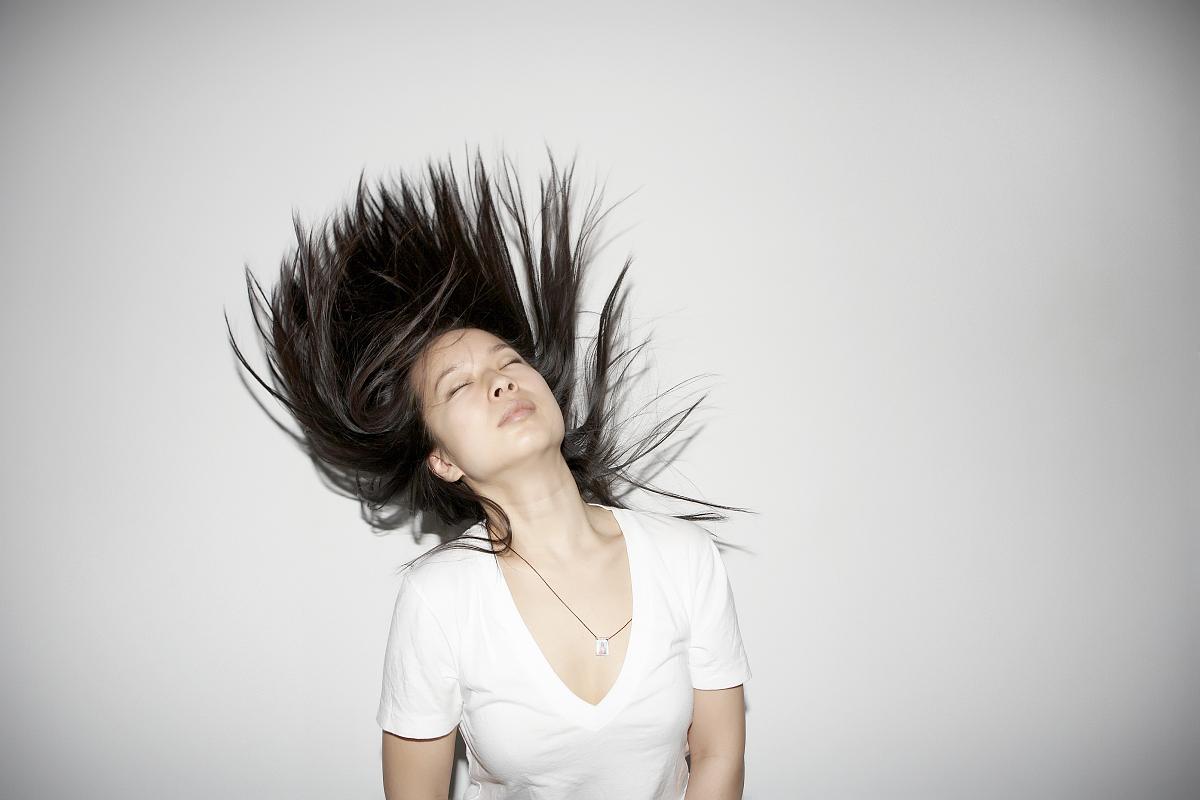 图片视觉效果,彩色图片,黑发,仅女人,仅一个女人,白色,白色背景,头发图片