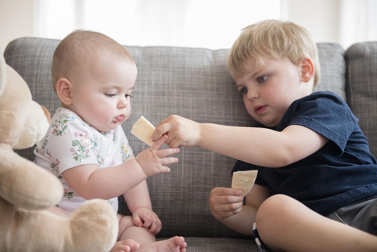高哥哥妹妹_哥哥(2-3)与小妹妹分享饼干(6-12个月)