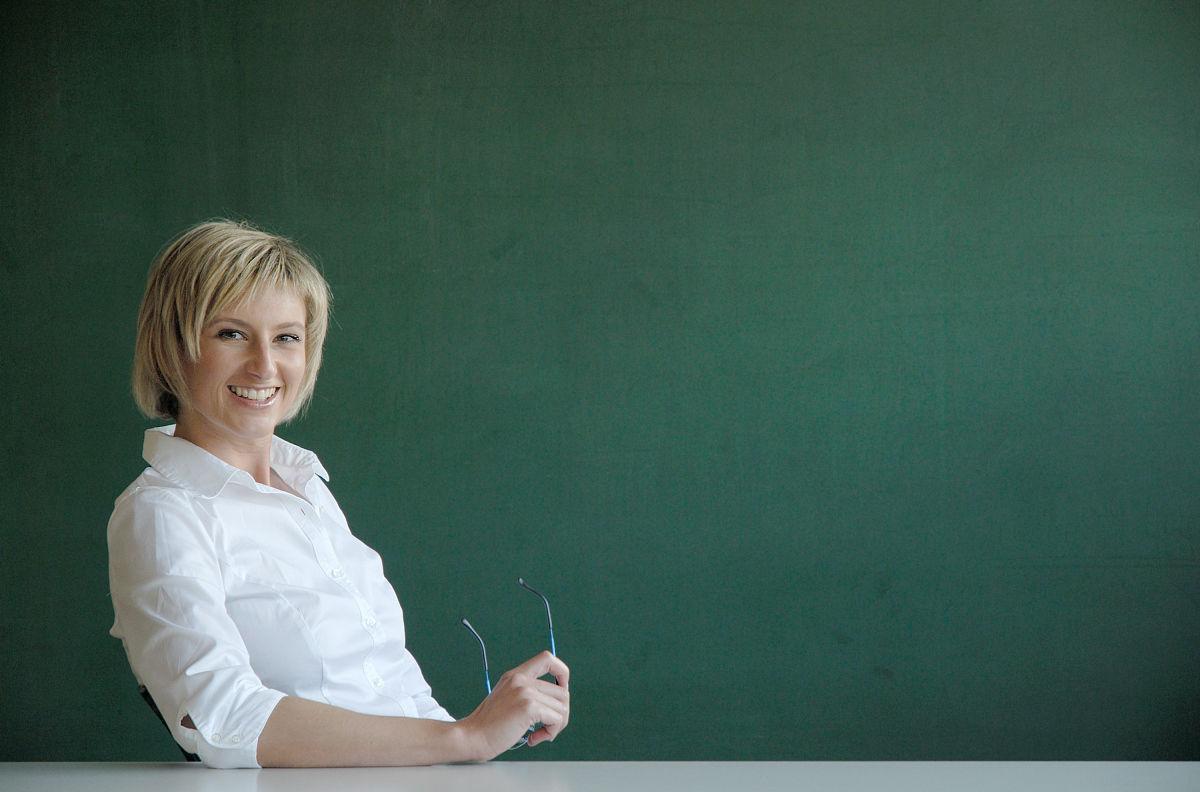 金发女教师微笑