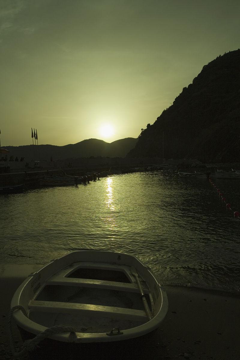中央五�9il�..��_船在河上日落的时候,意大利里维埃拉,五渔村国家公园,il porticciolo