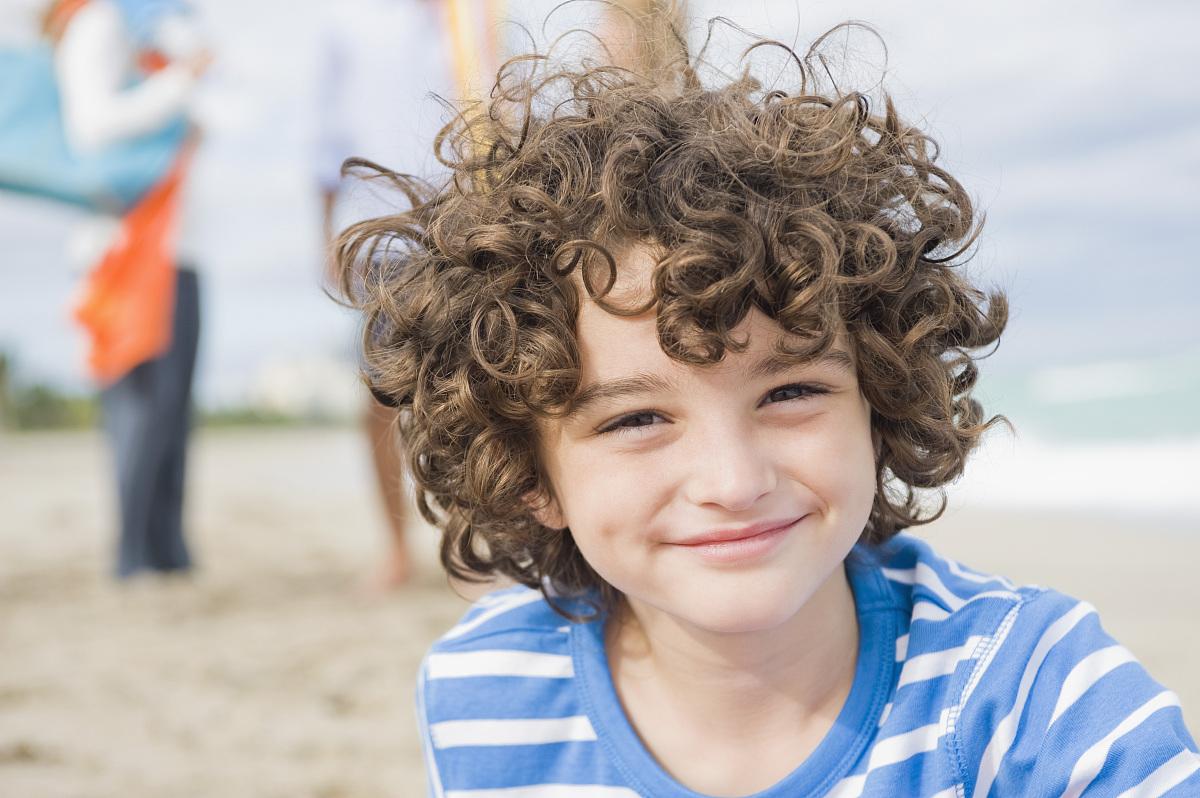 白昼,蓝色,海岸地形,正面视角,发型,卷发,满意,旅游,青春期前儿童,仅图片