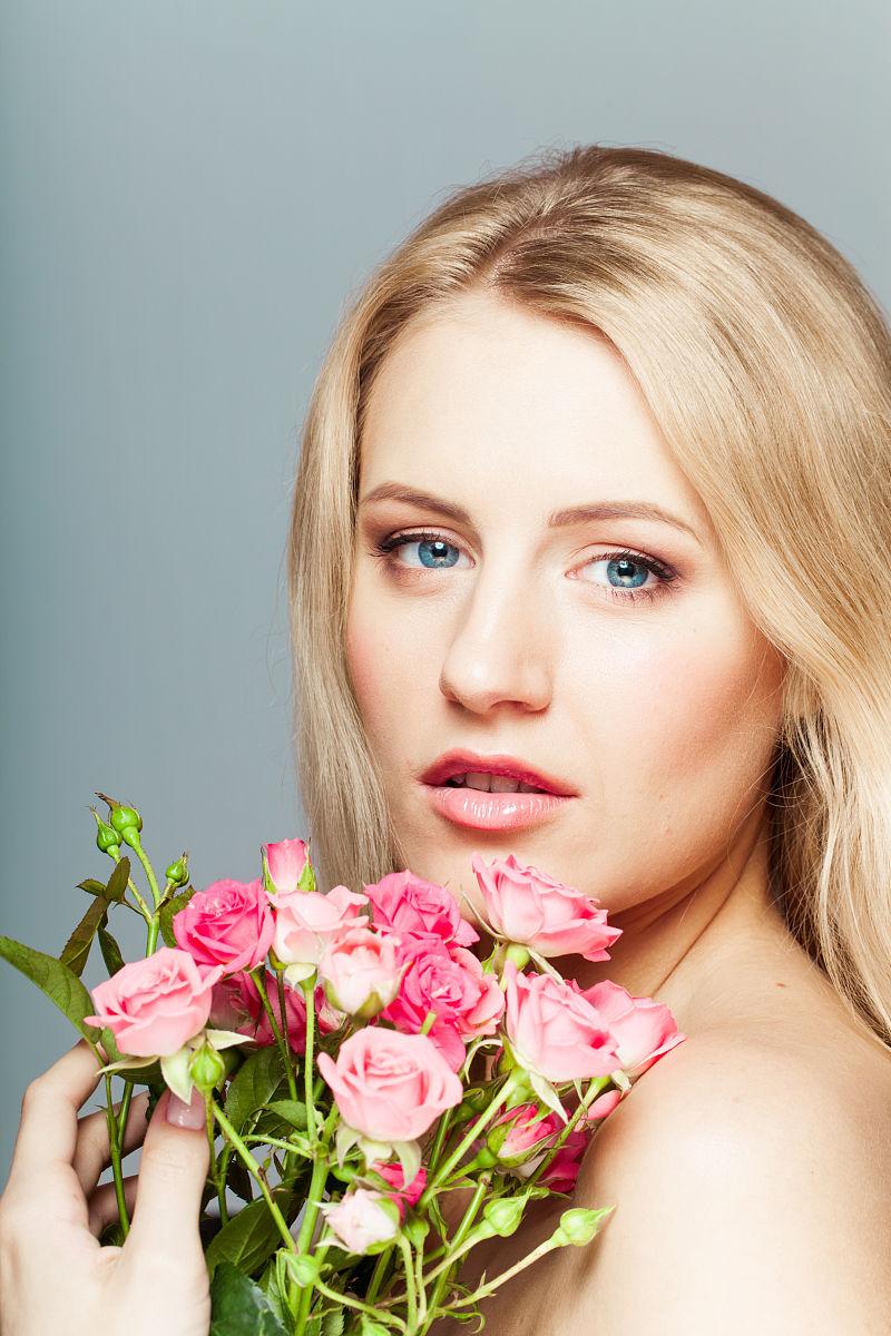 自然美,年轻女性肖像与鲜花花束图片