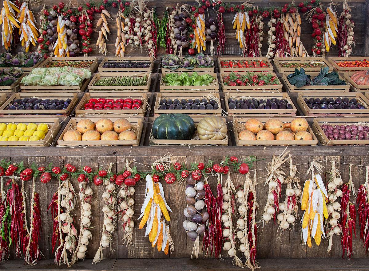 摊位上陈列的各种蔬菜图片