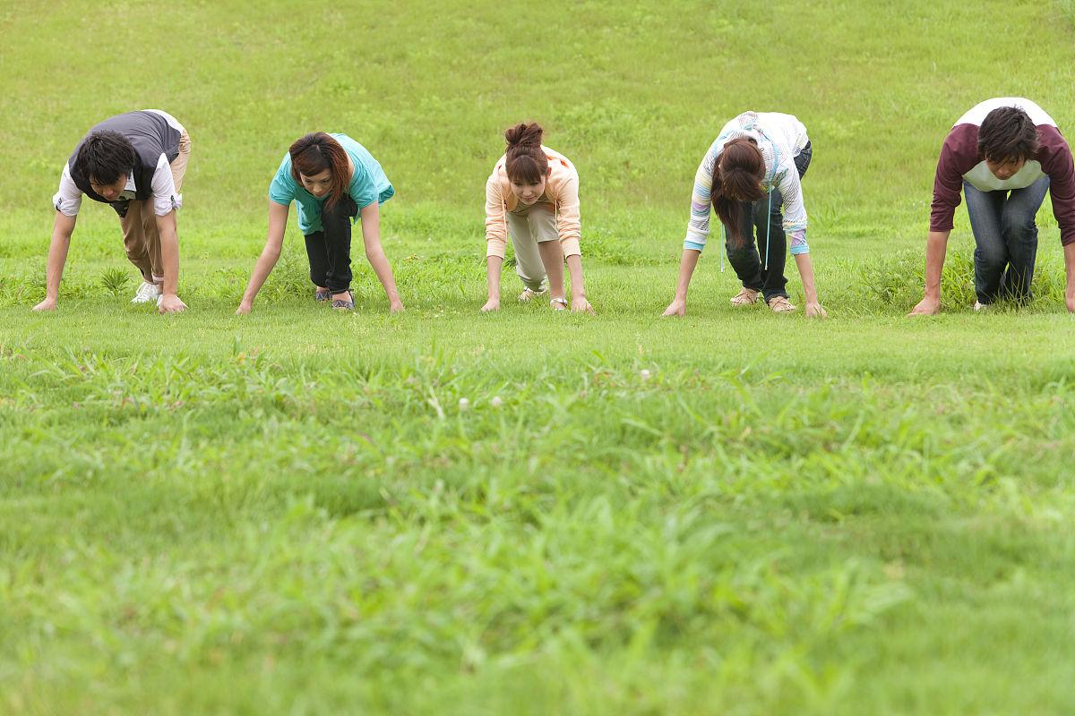五�y.b�ab[ؙ:d�:!&�k��.b_五个年轻人准备在外地跑步