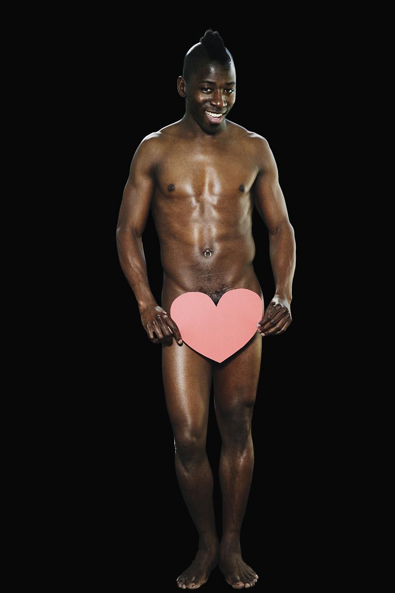 人体裸照视_工作室拍摄裸体非洲男子心在生殖器前区