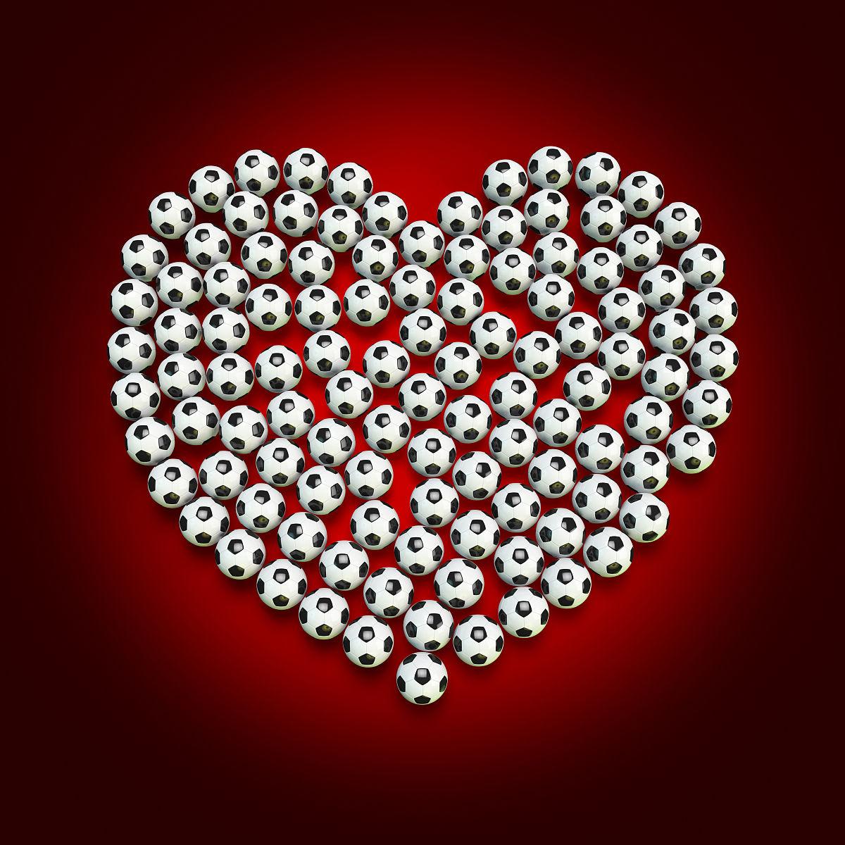 安排在一个心的形状的足球图片