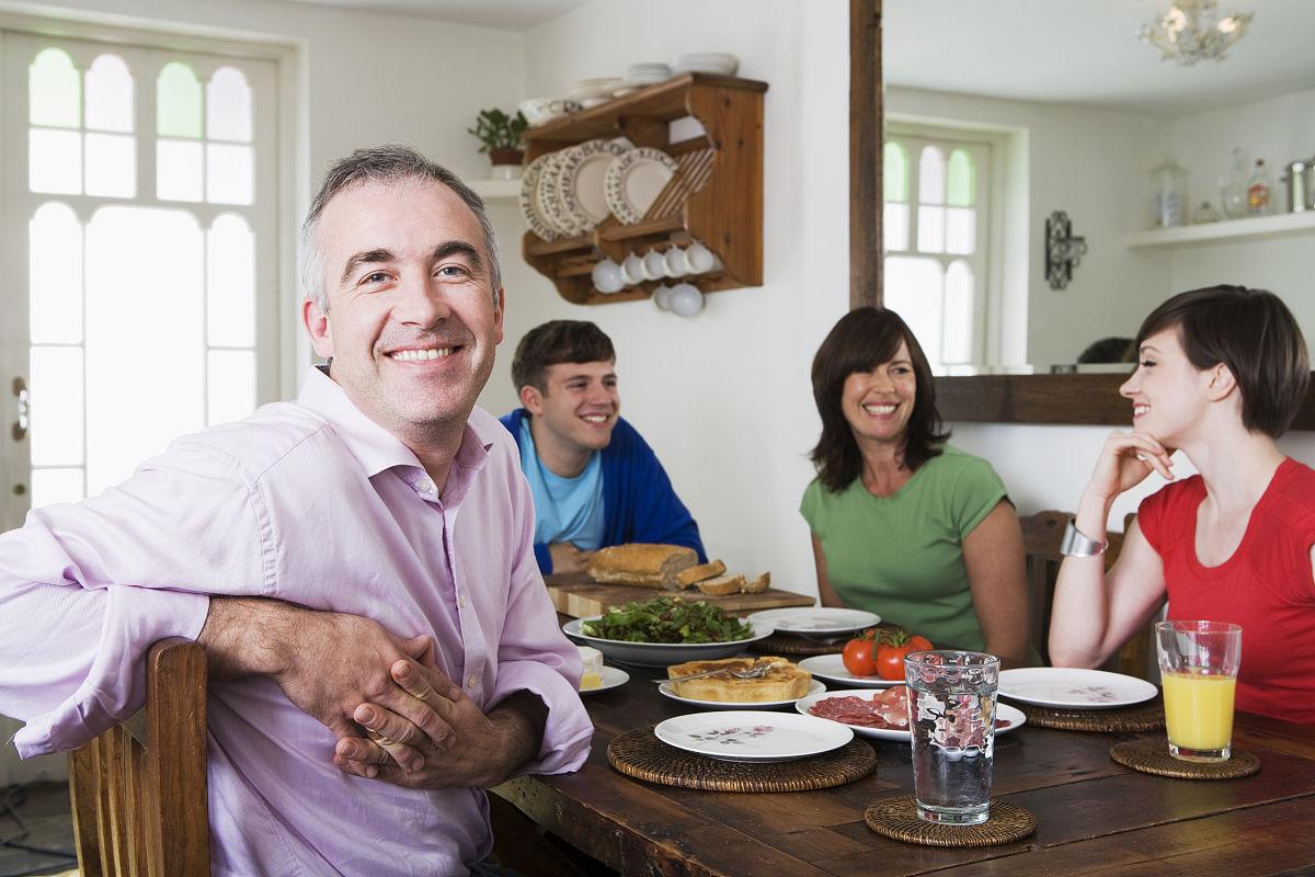 一家人坐在餐桌旁图片