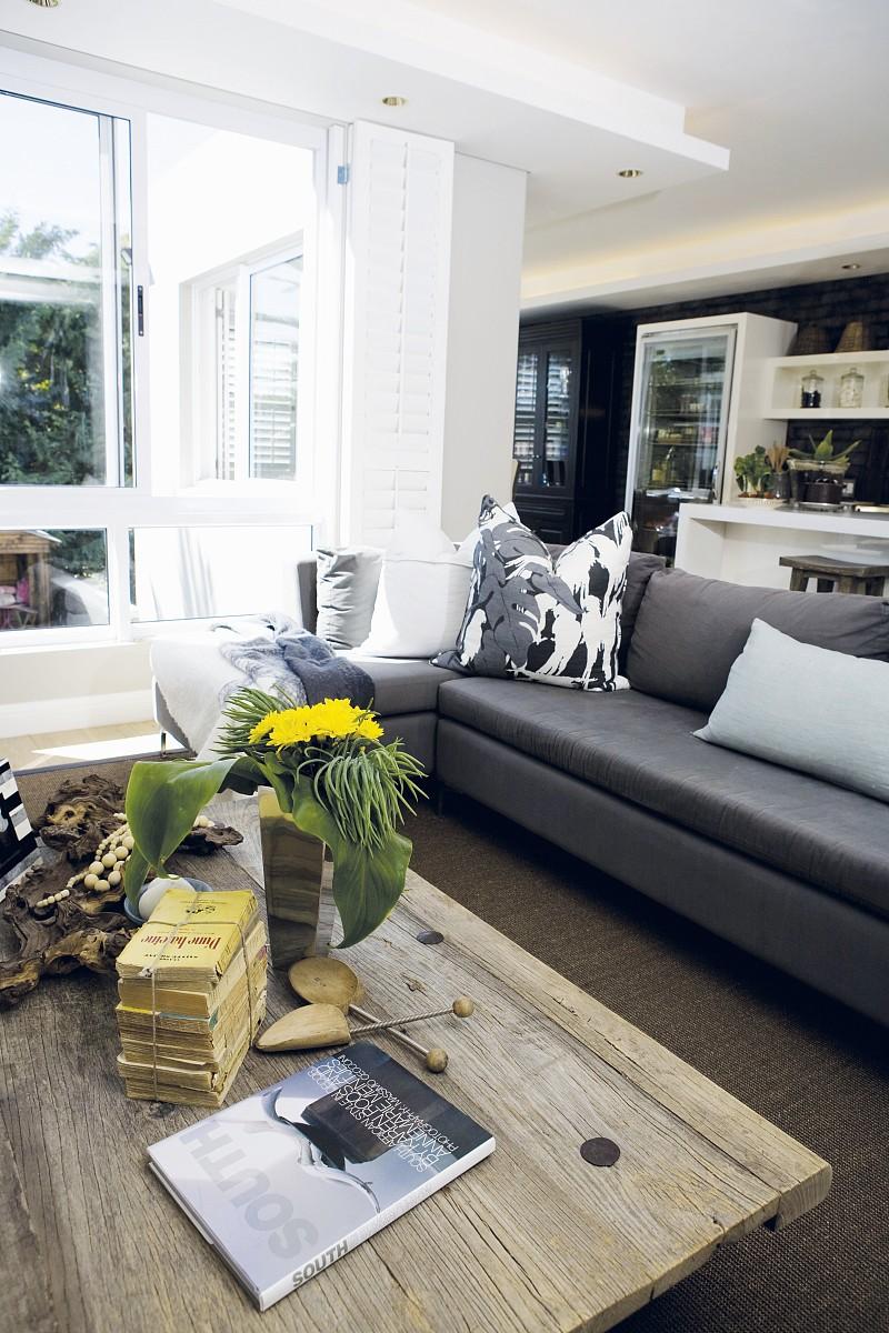 乡村咖啡桌制成厚木板和现代沙发在开放式的内部