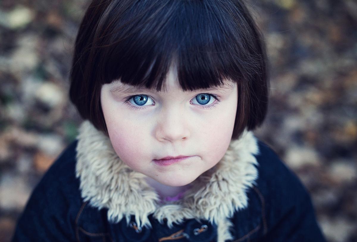 小女孩若有所思图片