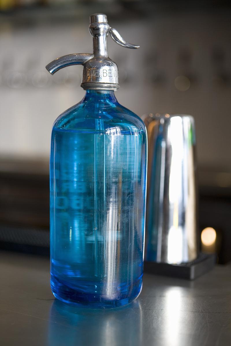 老式的矿泉水瓶子图片