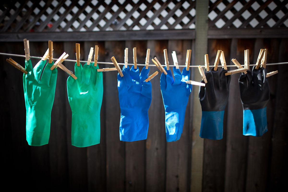 衣_橡胶手套挂在晾衣绳上