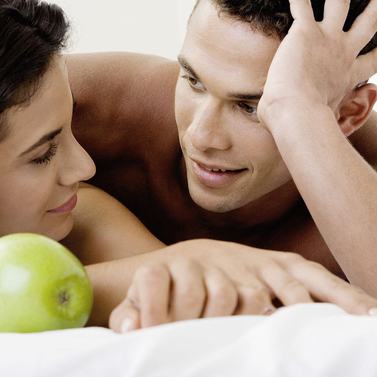 拉美人和西班牙裔人,拿着,托腮,趴着,伴侣,家具,床,图像,女朋友,男图片