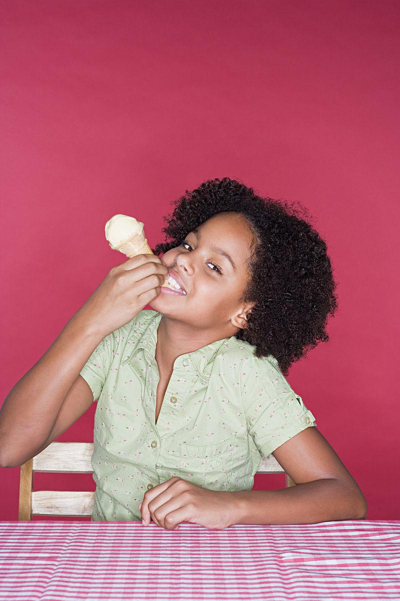 吃,触摸,拿着,快乐,咬,装饰物,冰淇淋蛋卷,坐,桌布,黑色人种,非洲人图片