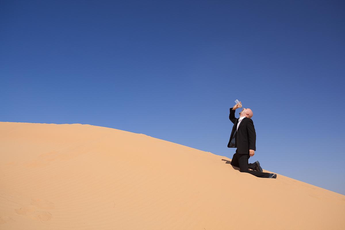 户外,冷饮,发狂的,落下,倒塌,水,沙漠,沙子,撒哈拉沙漠,一个人,成年人图片