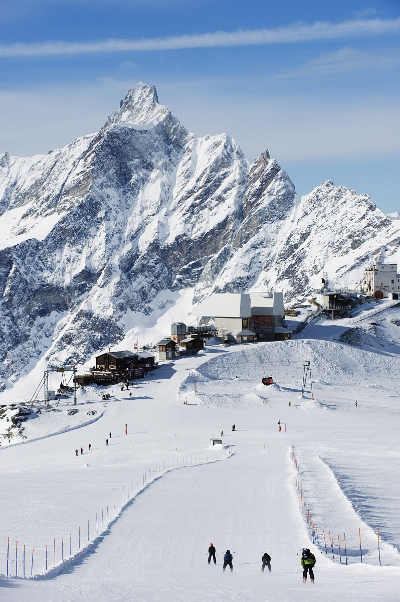 现代小�9a��am�il�..�i-9`�_滑雪者在滑雪场滑雪,山上的风景在cervinia的滑雪胜地,cervinia的瓦莱