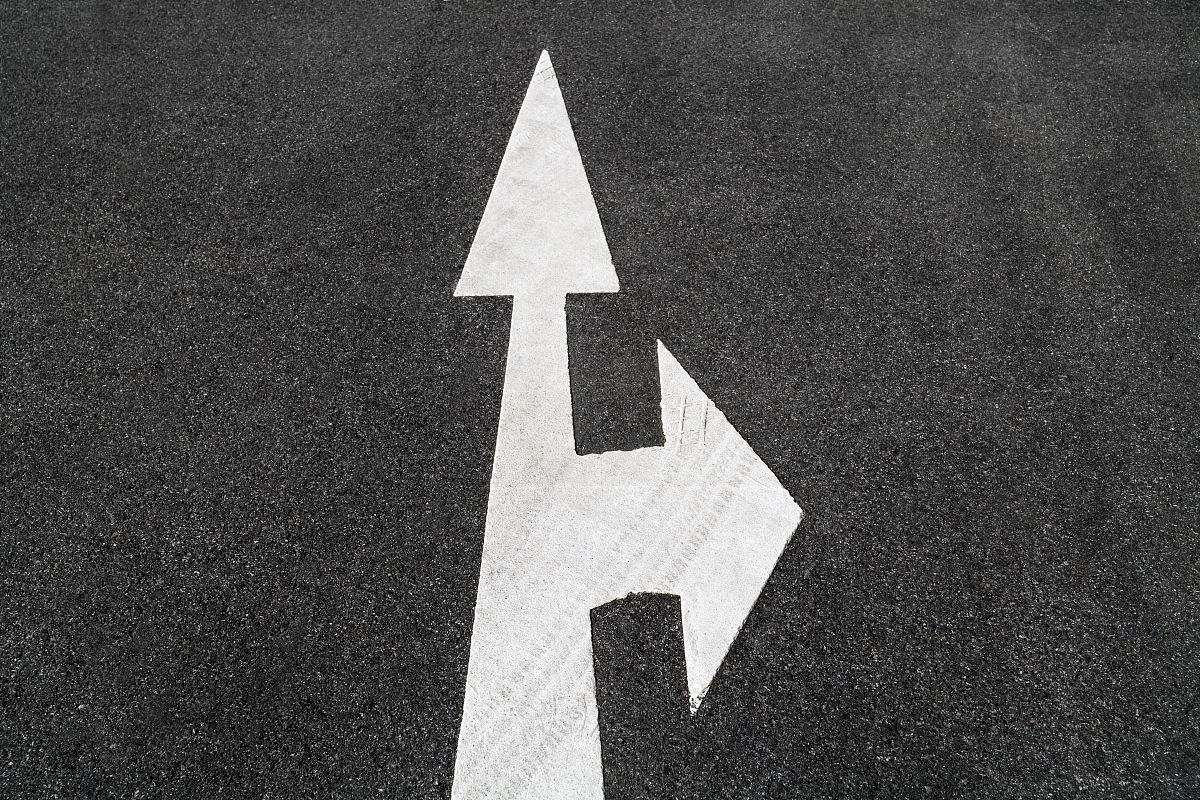 直�yaY�_道路标志,箭头,右,直前方