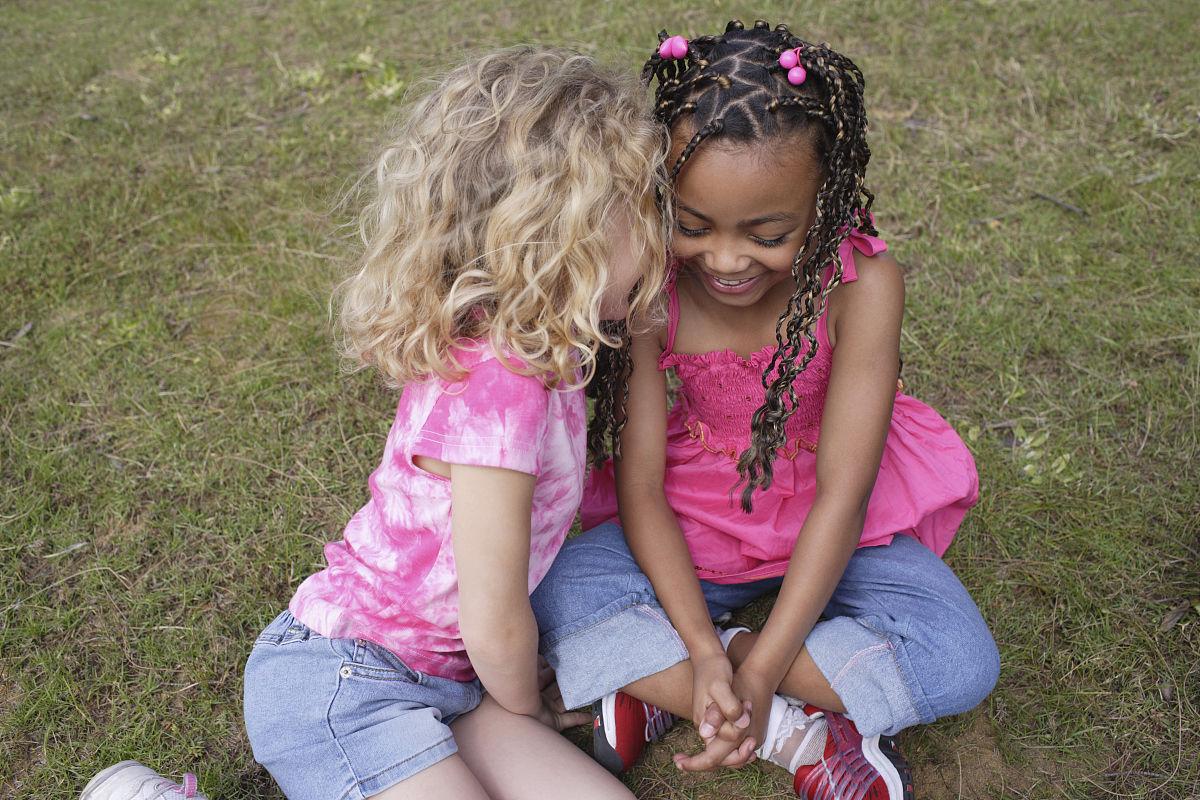 草,跪着,衣服,休闲装,粉色,快乐,金色头发,黑色人种,非洲人,儿童,仅图片