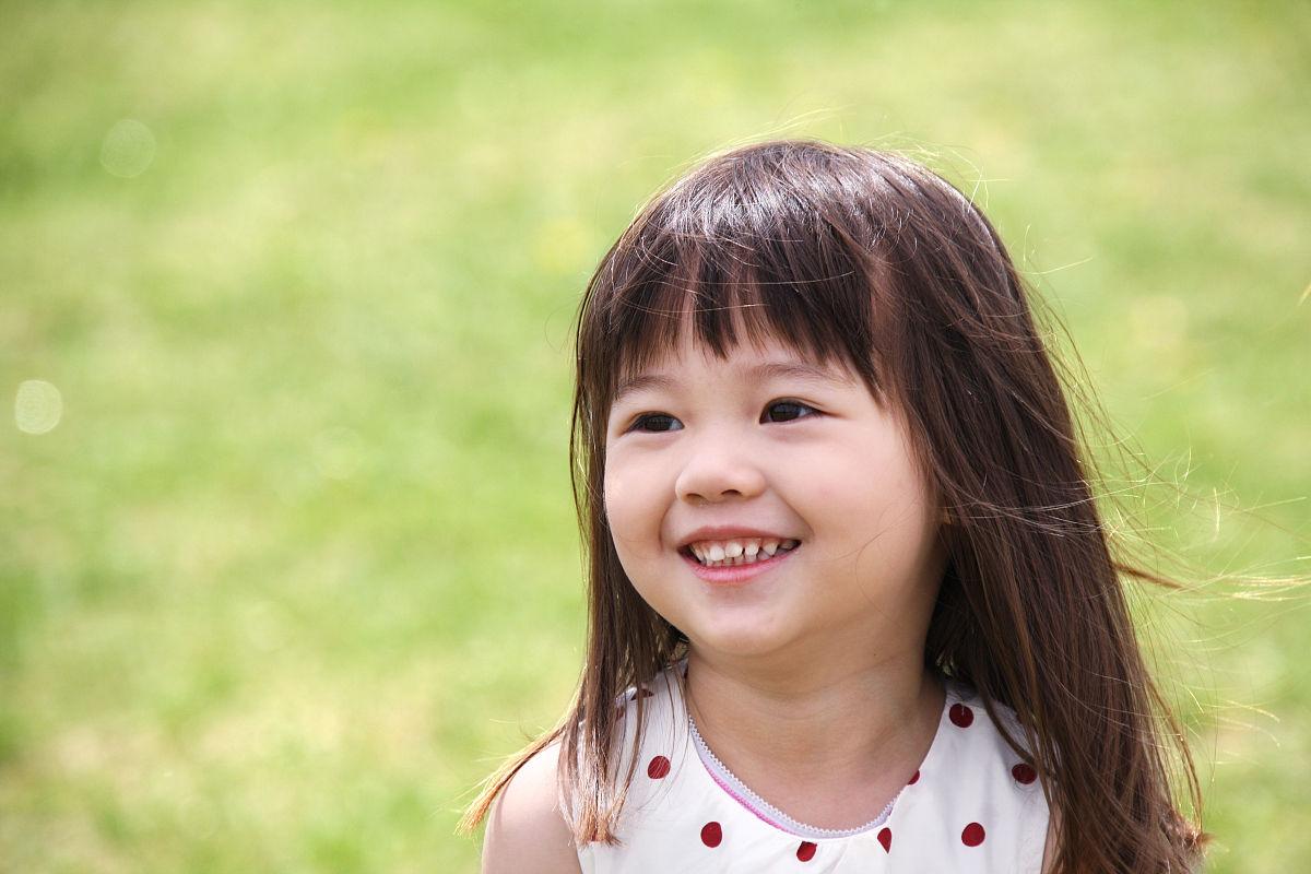 一个小女孩在户外玩耍图片