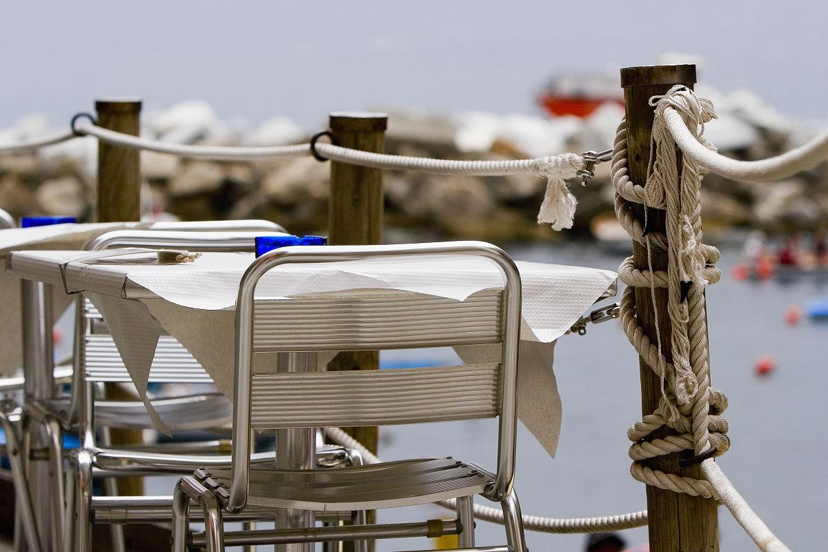 中央五�9il�..��_椅子和桌子在人行道上的咖啡馆,意大利里维埃拉,五渔村国家公园,il po