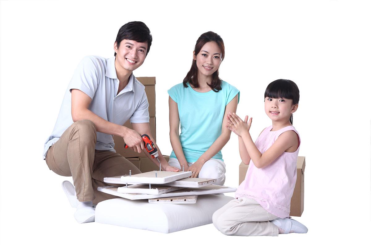工具,椅子,沙发,螺丝,危险,教育,家庭,三个人,全家福,父亲,母亲,丈夫图片