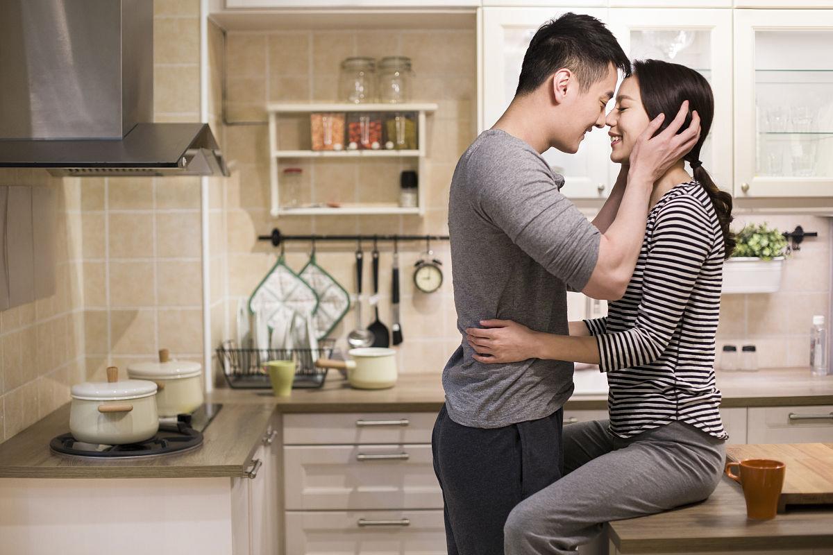年轻情侣在厨房拥抱图片