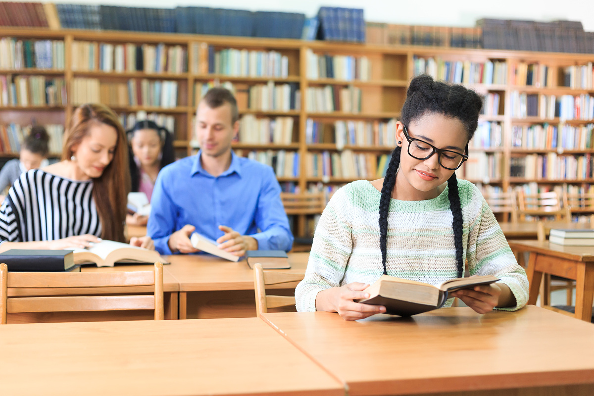 高中�yo�z+���_非洲高中学生阅读图书馆