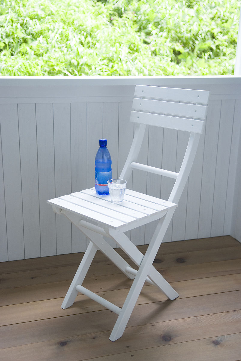矿泉水和椅子上的玻璃图片