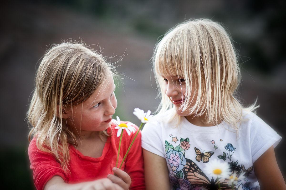 两个年轻的女孩(6-9)互相赠送鲜花图片