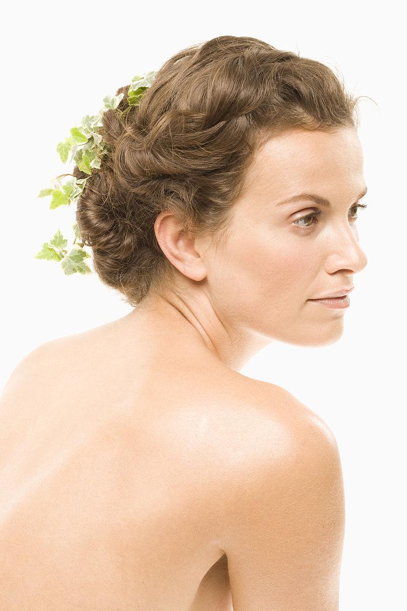 她头发里长着常春藤的女人图片