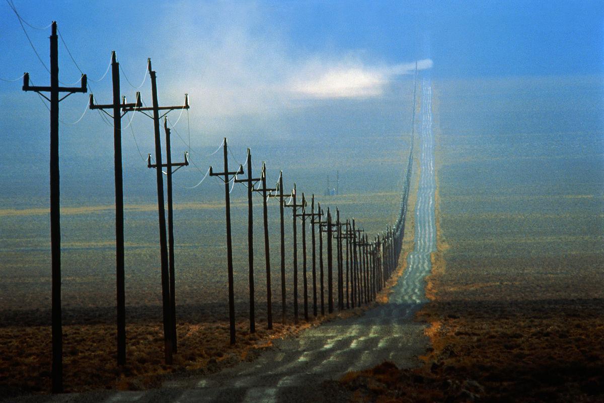 空荡荡的马路两旁的电线杆,附近的托诺帕,内华达州,美国图片
