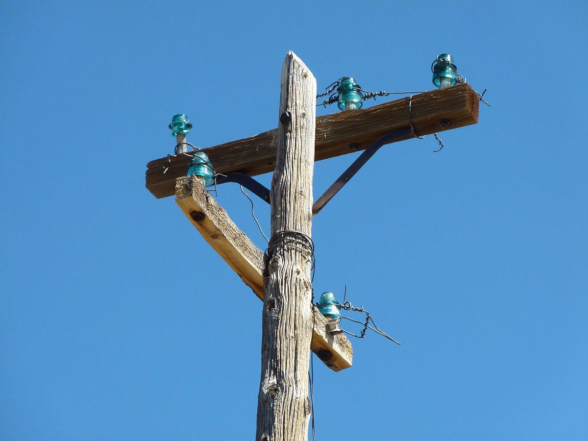 低角度看电话杆对明确的蓝天图片