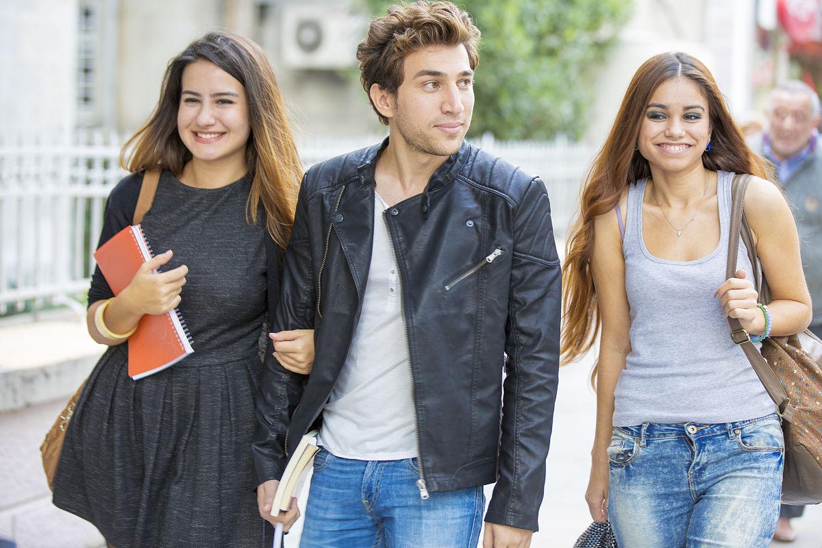 歐美人年��m�e(�ye�_年轻的土耳其人在bahariye街