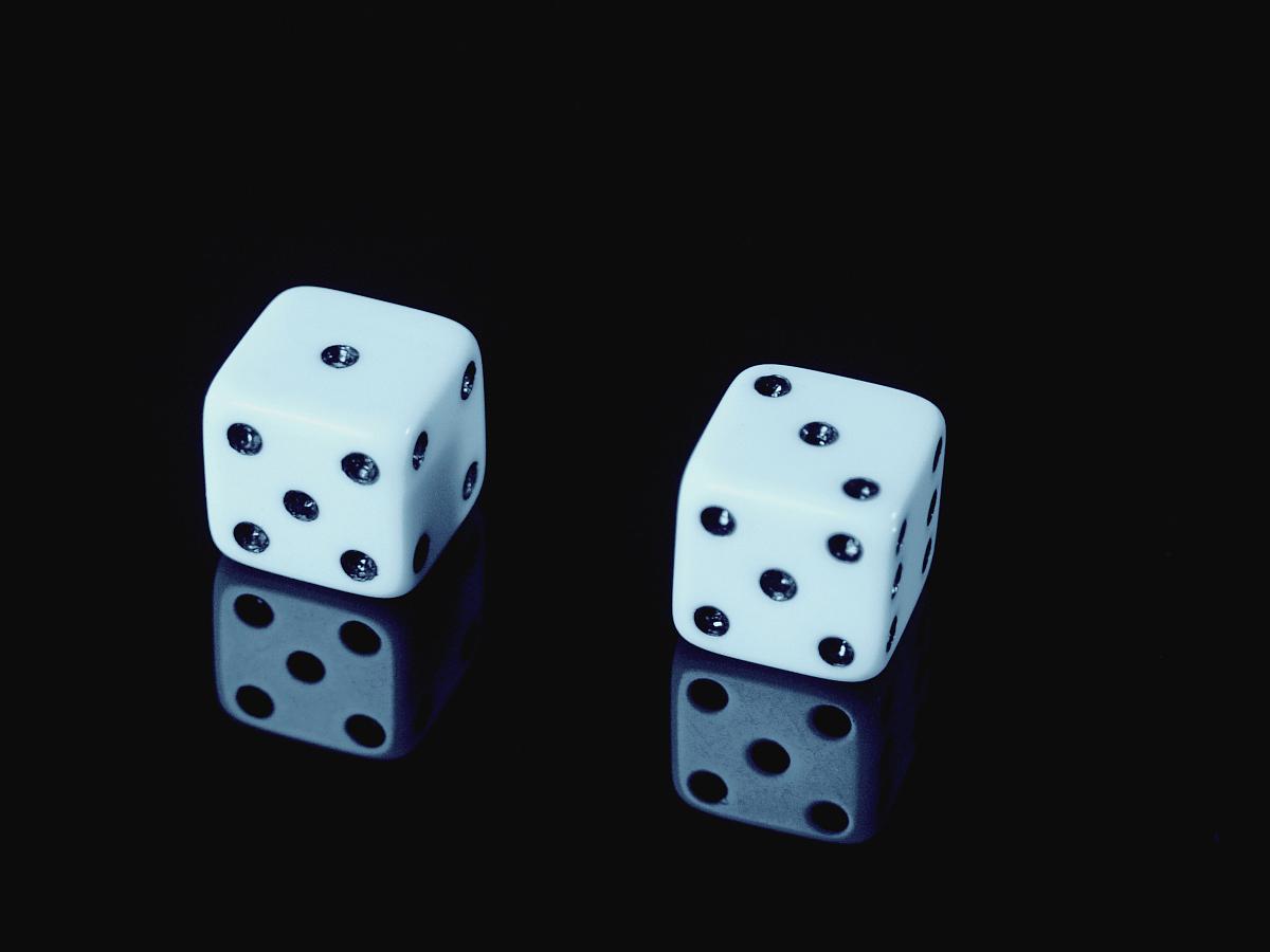 骰子五个六斋什么意思_骰子,特写