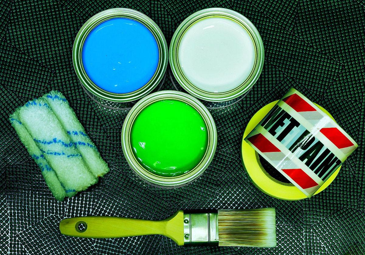 金属地板上的画笔和易拉罐的高角度图片
