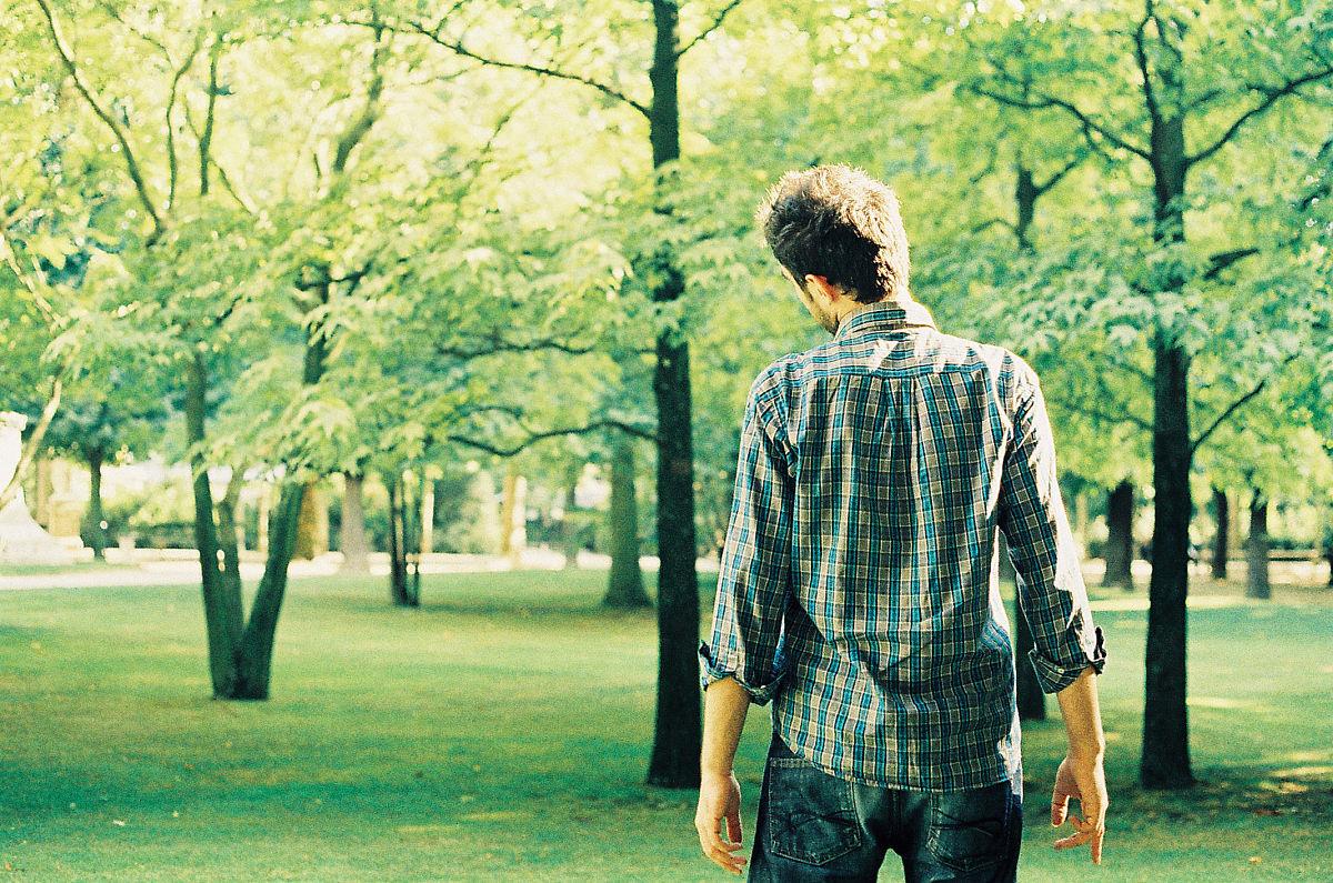站,法国,树,白昼,森林,巴黎,一个人,成年人,青年人,草,格子图案,仅一图片