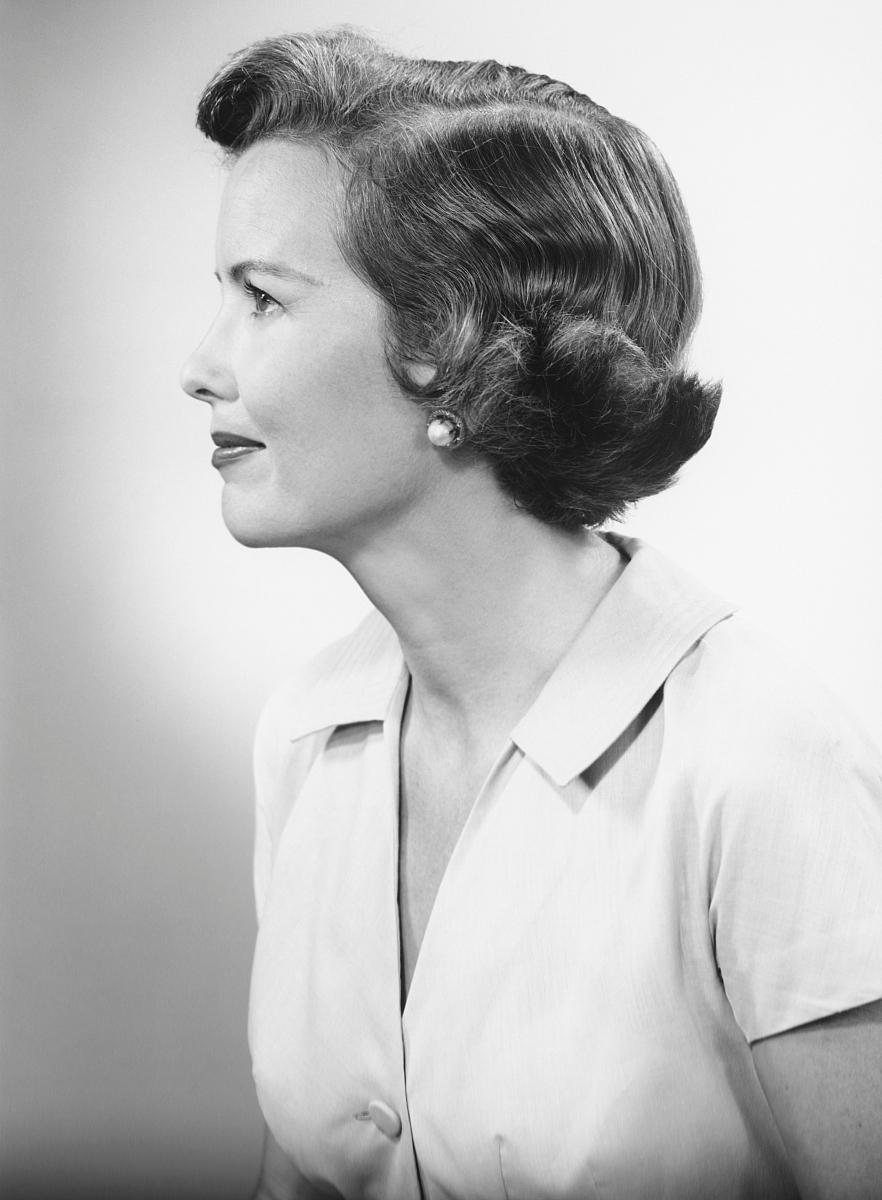 摄影,黑白图片,侧面视角,特写,仅女人,仅一个女人,头发长度,短发,宽松图片