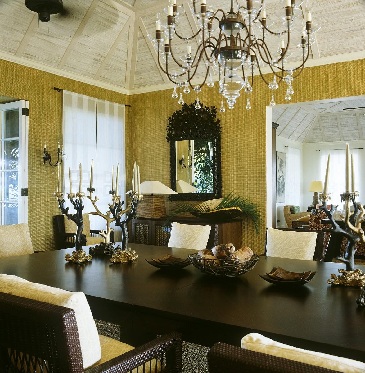 餐厅的墙壁上贴满了草墙纸,房间里摆满了20世纪40年代风格的法式桌子