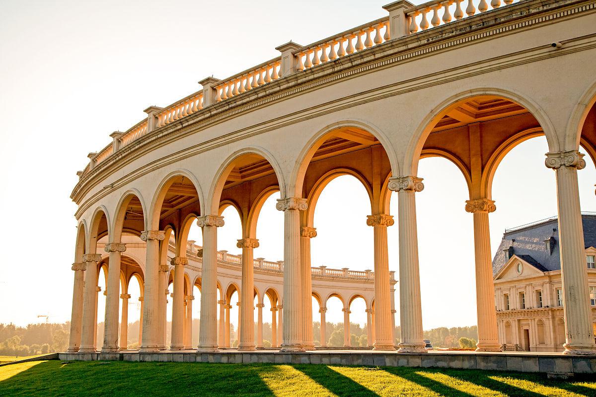 欧式建筑北京拉斐特城堡广场上的长廊图片