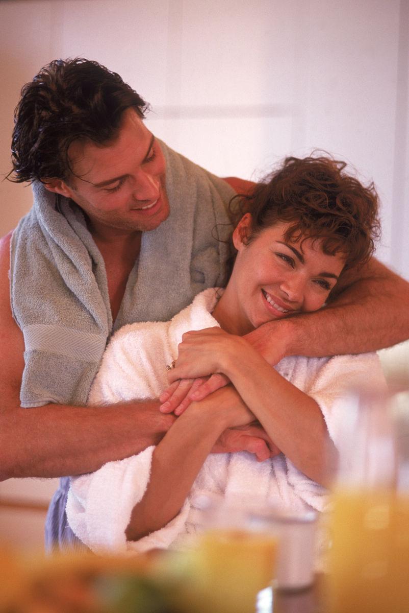 夫妇在厨房拥抱早餐图片