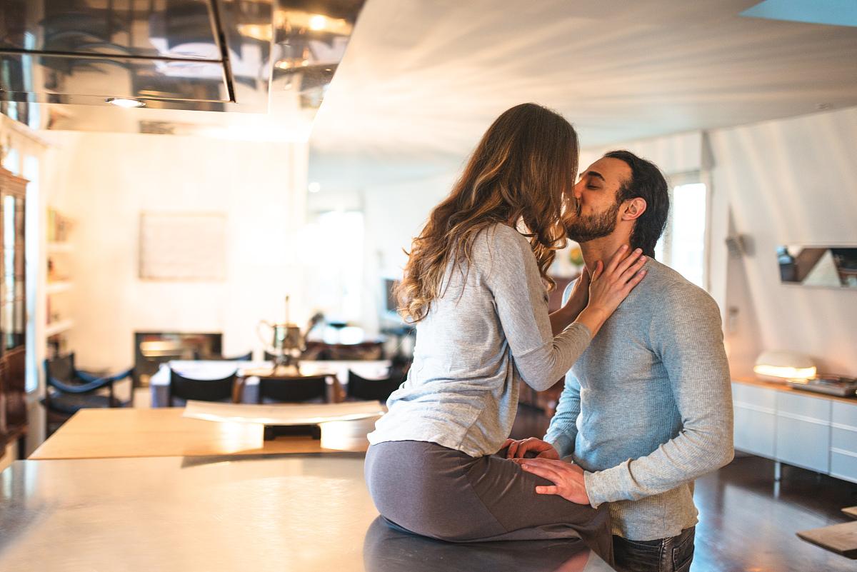 厨房里的情侣图片