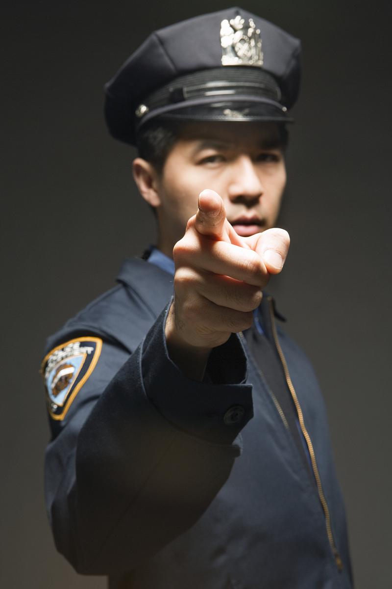 警官�y�-��+_警官指着黑色背景