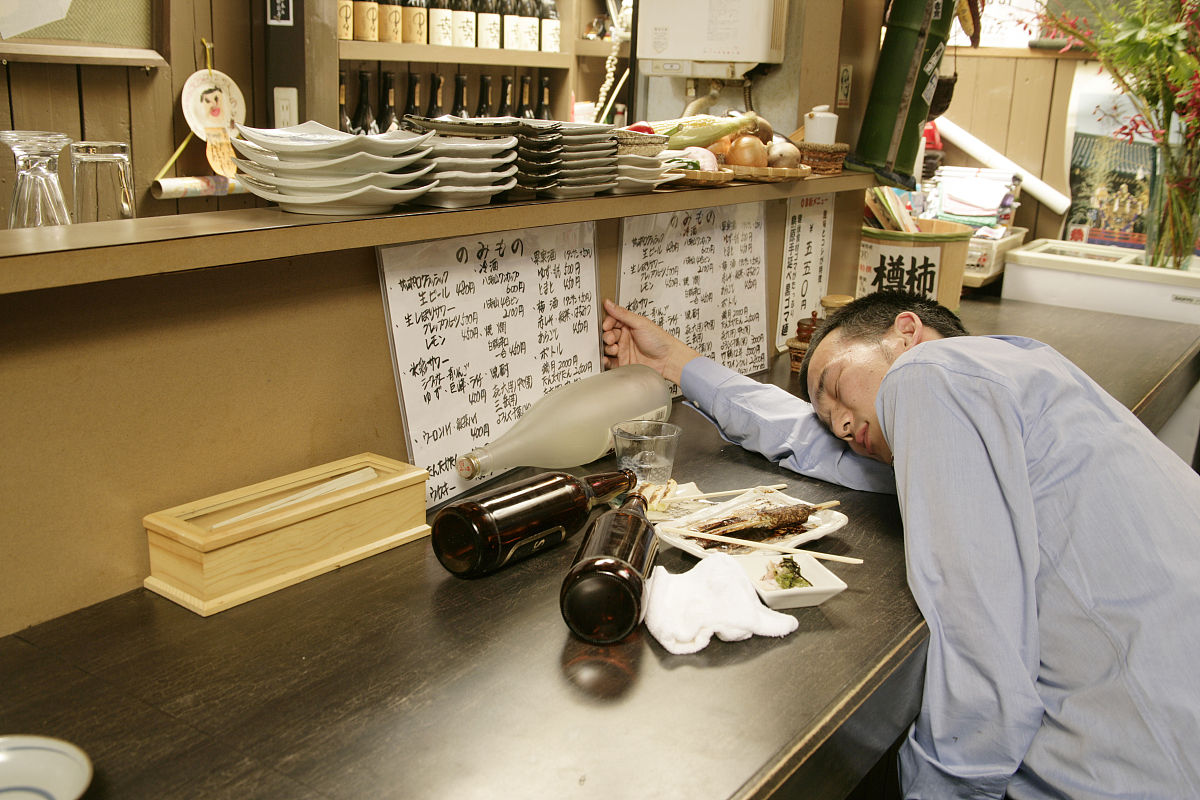 商务人士,男商人,日本人,宾客,餐馆,酒馆,容器,瓶子,啤酒瓶,家具,桌子图片