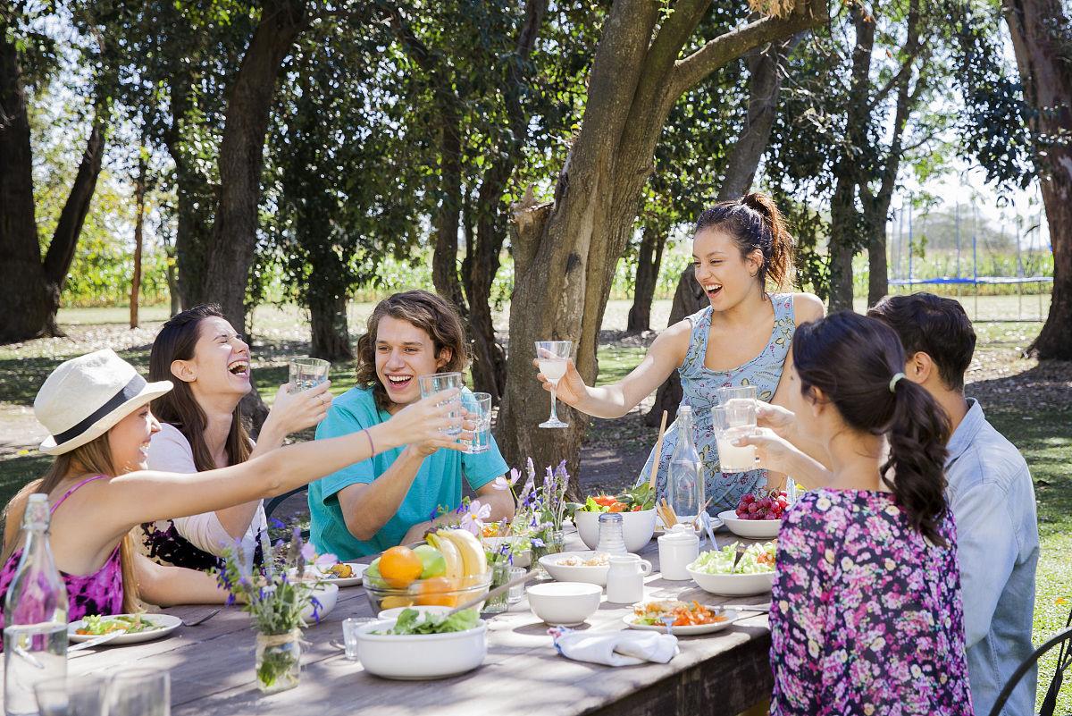 朋友一起在户外用餐图片
